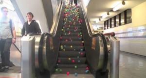 Τι θα συμβεί αν ρίξεις εκατοντάδες μπαλάκια σε μια κυλιόμενη σκάλα; (Video)