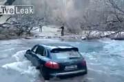 Οδηγός με Porsche Cayenne προσπαθεί να διασχίσει ποτάμι