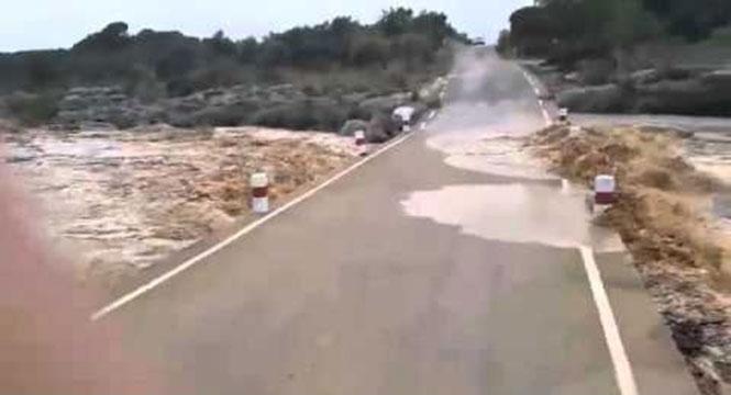Δείτε μια πλημμύρα να καταπίνει έναν δρόμο στην Ισπανία μέσα σε δευτερόλεπτα