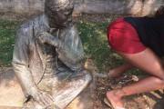 Ποζάροντας με αγάλματα (1)