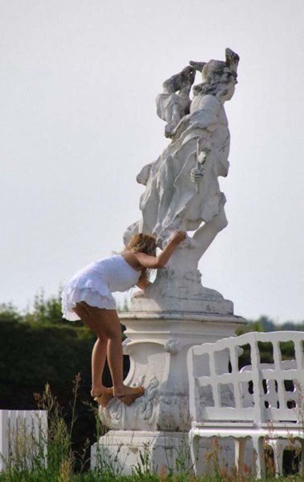 Ποζάροντας με αγάλματα (16)