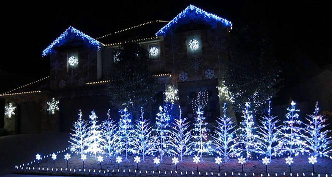 Χριστουγεννιάτικο show με φωτάκια στους ρυθμούς του Let It Go