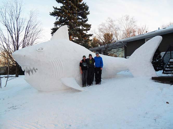 Κάθε χρόνο αυτά τα τρία αδέρφια δημιουργούν εκπληκτικά γλυπτά από χιόνι στην αυλή τους (2)