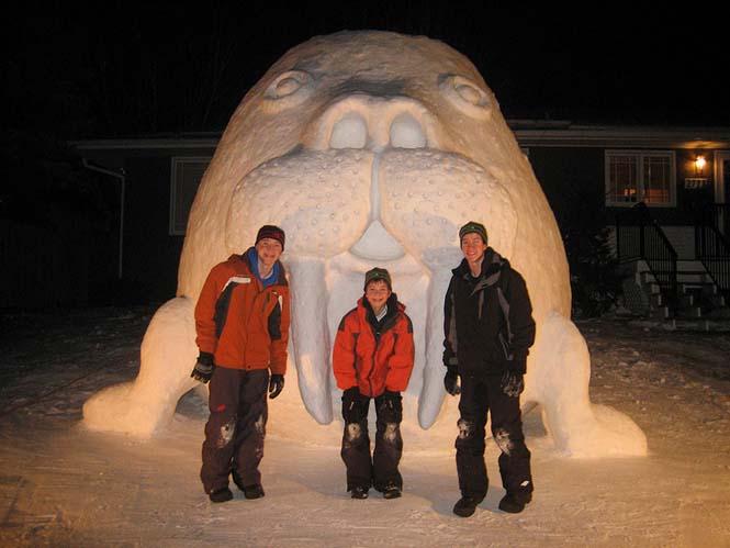 Κάθε χρόνο αυτά τα τρία αδέρφια δημιουργούν εκπληκτικά γλυπτά από χιόνι στην αυλή τους (3)