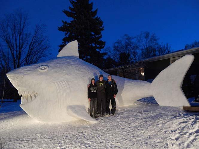 Κάθε χρόνο αυτά τα τρία αδέρφια δημιουργούν εκπληκτικά γλυπτά από χιόνι στην αυλή τους (4)