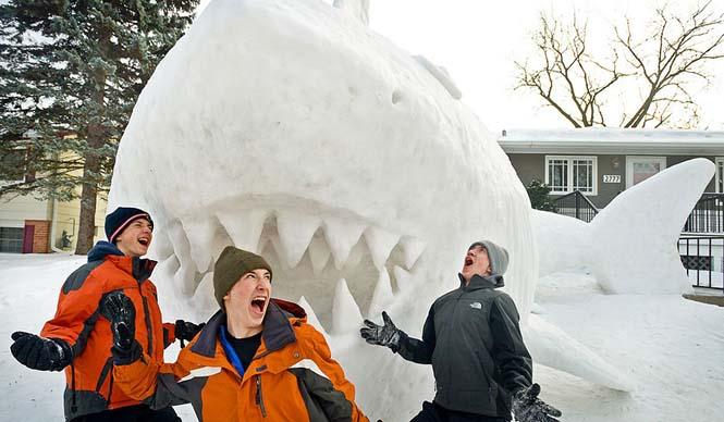 Κάθε χρόνο αυτά τα τρία αδέρφια δημιουργούν εκπληκτικά γλυπτά από χιόνι στην αυλή τους (5)