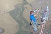 Άνδρας ανεβαίνει σε κεραία ύψους 457 μέτρων για να αλλάξει μια λάμπα