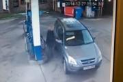 Η απελπισμένη προσπάθεια μιας γυναίκας να παρκάρει για να βάλει βενζίνη