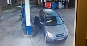 Η απελπισμένη προσπάθεια μιας γυναίκας να παρκάρει για να βάλει βενζίνη (Video)