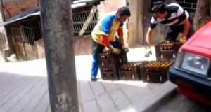 Ο απίθανος τρόπος που κάνουν delivery κιβωτίων μπύρας στην Κολομβία (Video)