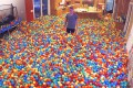 Έκανε φάρσα στην γυναίκα του γεμίζοντας το σπίτι με 250.000 πολύχρωμα μπαλάκια (Video)