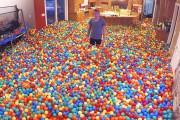 Έκανε φάρσα στην γυναίκα του γεμίζοντας το σπίτι με πολύχρωμα μπαλάκια