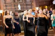 Η εκπληκτική αντίδραση μιας γυναίκας στο πέταγμα της γαμήλιας ανθοδέσμης (1)