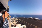 F-18 σπάει το φράγμα του ήχου πετώντας πάνω από αεροπλανοφόρο