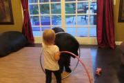 Κοριτσάκι προσπαθεί να μάθει στον τεράστιο σκύλο του Hula Hoop