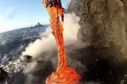 Λάβα χύνεται στη θάλασσα
