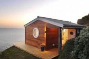 Αυτό το μικροσκοπικό παραθαλάσσιο σπίτι φαίνεται τεράστιο στο εσωτερικό του (1)