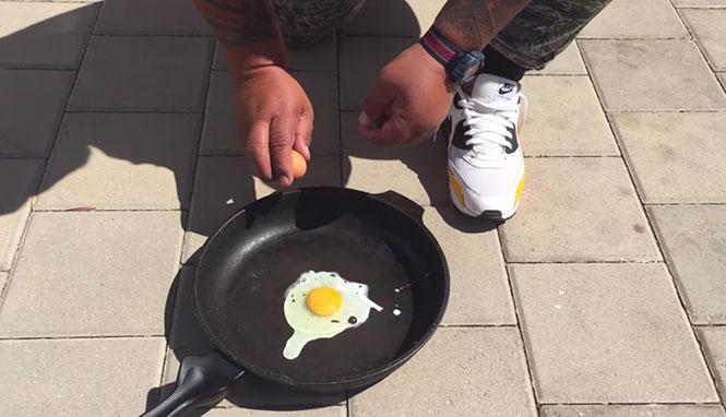 Όταν κάνει τόση ζέστη που τηγανίζεις αυγά στο πεζοδρόμιο