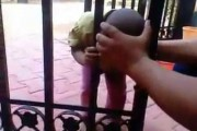 Αυτό το παιδάκι κόλλησε το κεφάλι του σε μια καγκελόπορτα αλλά βρήκε μόνο του την απρόσμενη λύση