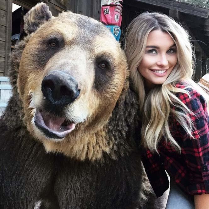 Πανέμορφο μοντέλο έβγαλε selfie με έναν ξεχωριστό φίλο (2)