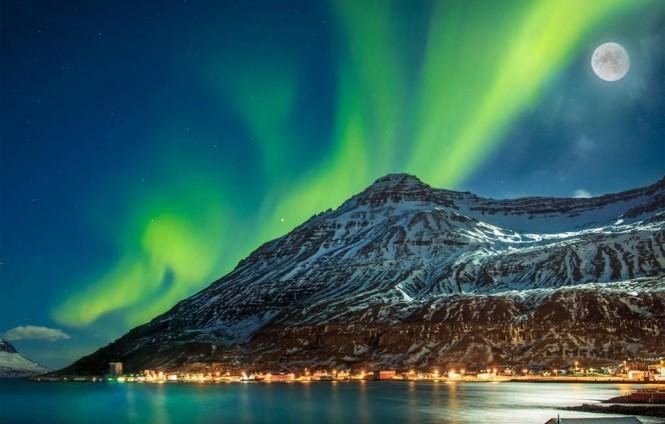 Μια βραδιά στην πόλη Seyðisfjörður της Ισλανδίας | Φωτογραφία της ημέρας