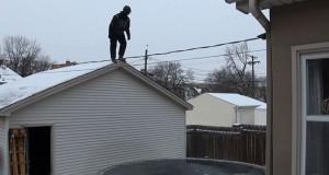 Πηδώντας σε ένα παγωμένο τραμπολίνο από την σκεπή ενός γκαράζ (Video)