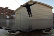 Τι θα συμβεί αν πηδήξεις σε ένα τραμπολίνο που έχει καλυφθεί από πάγο