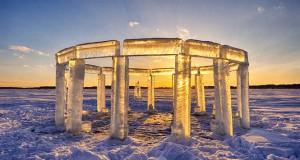 5 φίλοι κατασκεύασαν το «Icehenge» στη μέση μιας παγωμένης λίμνης