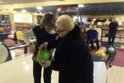 84χρονη γιαγιά πάει για bowling πρώτη φορά στη ζωή της
