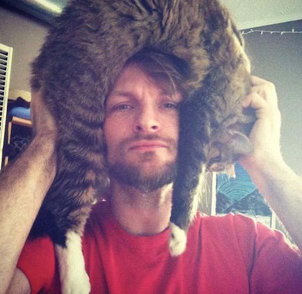 Άνθρωποι που φορούν γάτες για καπέλο (3)