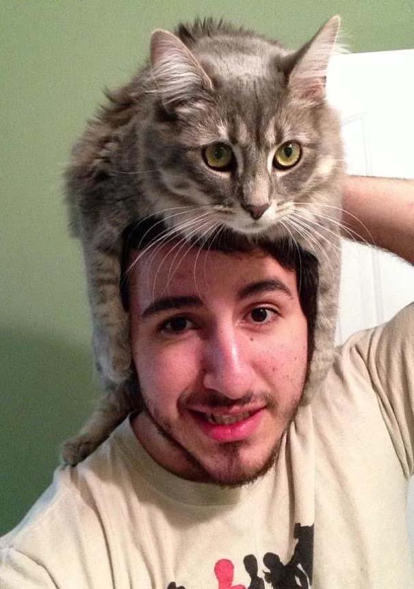 Άνθρωποι που φορούν γάτες για καπέλο (15)