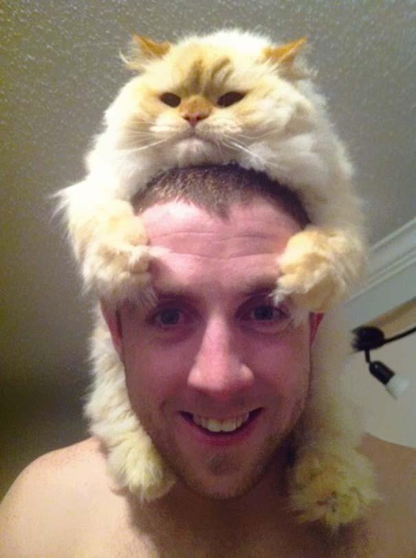 Άνθρωποι που φορούν γάτες για καπέλο (31)