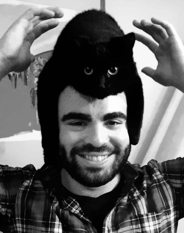 Άνθρωποι που φορούν γάτες για καπέλο (35)