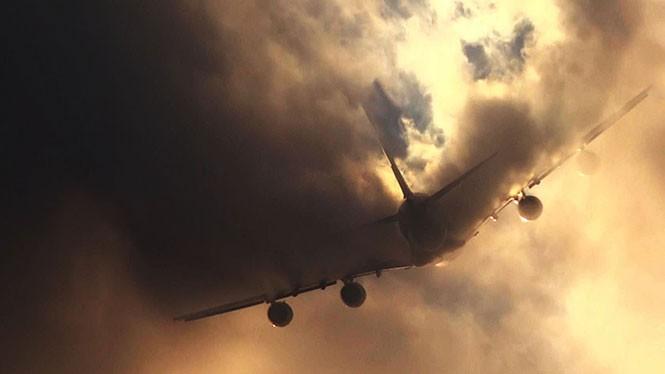 Δείτε πως το μεγαλύτερο επιβατικό αεροπλάνο στον κόσμο σκίζει τα σύννεφα στα δυο