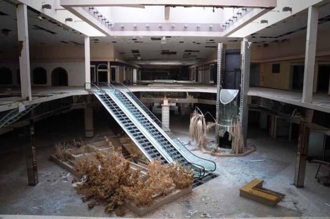 Εγκαταλελειμμένο εμπορικό κέντρο έχει καλυφθεί από χιόνι (1)