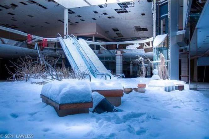 Εγκαταλελειμμένο εμπορικό κέντρο έχει καλυφθεί από χιόνι (4)