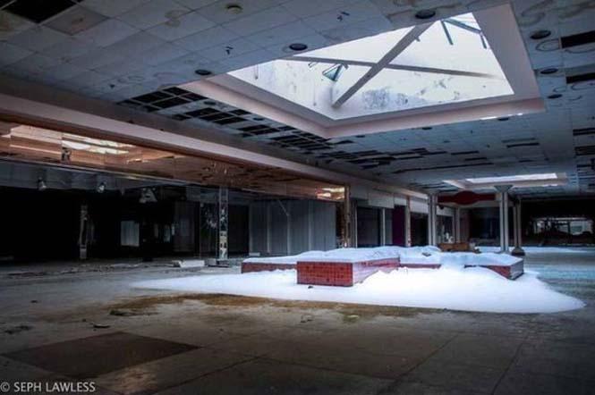 Εγκαταλελειμμένο εμπορικό κέντρο έχει καλυφθεί από χιόνι (3)