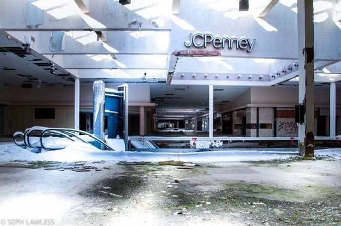 Εγκαταλελειμμένο εμπορικό κέντρο έχει καλυφθεί από χιόνι (5)