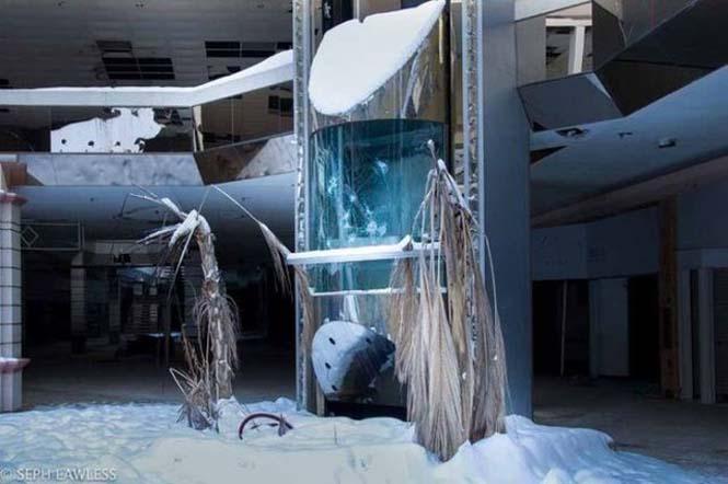Εγκαταλελειμμένο εμπορικό κέντρο έχει καλυφθεί από χιόνι (6)
