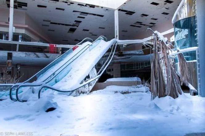 Εγκαταλελειμμένο εμπορικό κέντρο έχει καλυφθεί από χιόνι (9)