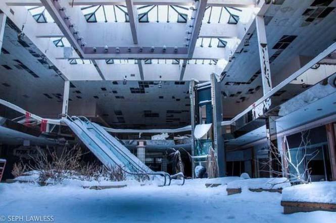 Εγκαταλελειμμένο εμπορικό κέντρο έχει καλυφθεί από χιόνι (8)
