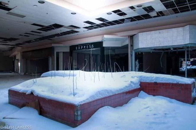 Εγκαταλελειμμένο εμπορικό κέντρο έχει καλυφθεί από χιόνι (10)