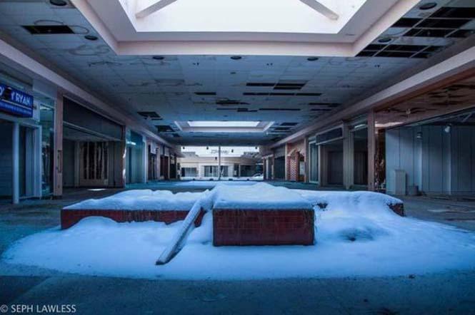 Εγκαταλελειμμένο εμπορικό κέντρο έχει καλυφθεί από χιόνι (11)