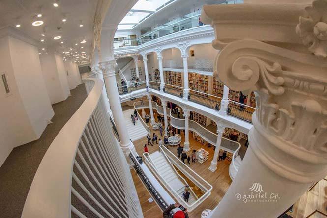 Εντυπωσιακό βιβλιοπωλείο άνοιξε τις πύλες του στη Ρουμανία (5)