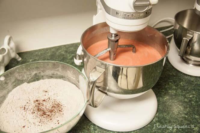 Φτιάχνοντας μια από τις πιο πρωτότυπες τούρτες που έχετε δει (3)