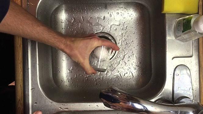 Πώς να ξεφλουδίσετε ένα βρασμένο αυγό μέσα σε λίγα δευτερόλεπτα