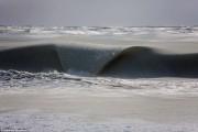 Πρωτοφανές φαινόμενο: Κύματα πάγωσαν καθώς έσκαγαν στην ακτή (1)