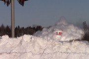 Μανιασμένο τρένο σαρώνει τεράστιους όγκους χιονιού που έχουν συσσωρευθεί στις ράγες