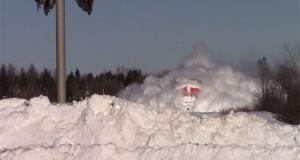 Μανιασμένο τρένο σαρώνει τεράστιους όγκους χιονιού που έχουν συσσωρευθεί στις ράγες (Video)