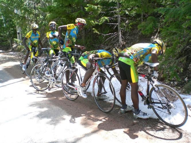 Η ποδηλατική ομάδα της Ρουάντα βλέπει για πρώτη φορά χιόνι | Φωτογραφία της ημέρας